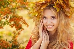 Retrato de la mujer joven hermosa en parque del otoño Imagenes de archivo