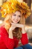 Retrato de la mujer joven hermosa en parque del otoño Foto de archivo