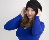 Retrato de la mujer joven hermosa en sombrero negro y Fotografía de archivo libre de regalías