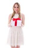 Retrato de la mujer joven hermosa en vestido con el aislante de la caja de regalo Imagen de archivo