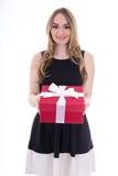 Retrato de la mujer joven hermosa en vestido negro con la caja de regalo i Imagenes de archivo