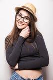 Retrato de la mujer joven hermosa en vidrios y sombrero enrrollado Fotografía de archivo libre de regalías