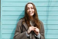 Retrato de la mujer joven hermosa feliz en sombrero y capa Imagenes de archivo