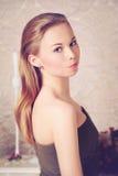 Retrato de la mujer joven hermosa que mira foto de archivo