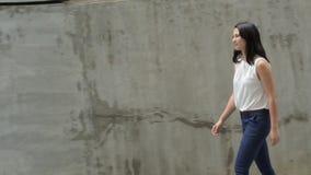 Retrato de la mujer joven hermosa que recorre al aire libre almacen de metraje de vídeo