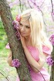 Mujer joven que soña en parque de la primavera Foto de archivo libre de regalías