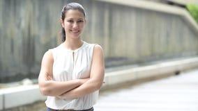 Retrato de la mujer joven hermosa que sonríe al aire libre metrajes