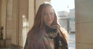 Retrato de la mujer joven hermosa que sonríe a una cámara almacen de metraje de vídeo