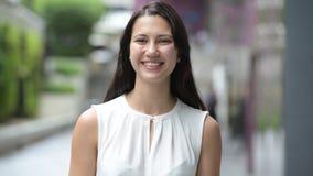 Retrato de la mujer joven hermosa que sonríe y que camina al aire libre almacen de metraje de vídeo