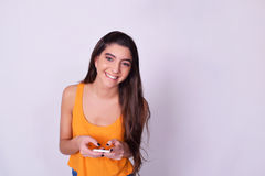 Retrato de la mujer joven hispánica/caucásica que usa un phon móvil fotos de archivo libres de regalías