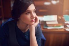 Retrato de la mujer joven lista que piensa solamente imagenes de archivo
