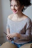 Retrato de la mujer joven morena hermosa con el peinado divertido rizado fotografía de archivo
