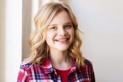 Retrato de la mujer joven o del adolescente sonriente Fotos de archivo libres de regalías