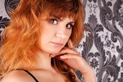 Retrato de la mujer joven pelirroja atractiva Imagen de archivo libre de regalías