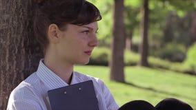 Retrato de la mujer joven pensativa almacen de metraje de vídeo