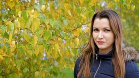 Retrato de la mujer joven preciosa y hermosa feliz en bosque en colores de la caída 4k fps de la cámara lenta 60 Muchacha que cam almacen de video