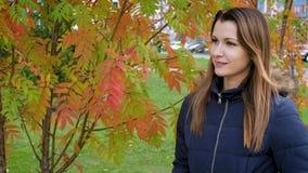 Retrato de la mujer joven preciosa y hermosa feliz en bosque en colores de la caída Muchacha que camina en el parque de la ciudad metrajes