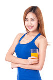 Retrato de la mujer joven que bebe el zumo de naranja Fotografía de archivo