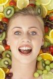 Retrato de la mujer joven que come el chocolate Imagen de archivo libre de regalías