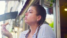 Retrato de la mujer joven que come la galleta metrajes