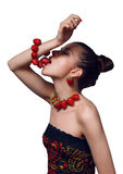 Retrato de la mujer joven que come la pulsera de la fresa Imágenes de archivo libres de regalías