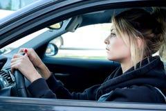 Retrato de la mujer joven que conduce su coche Fotos de archivo libres de regalías