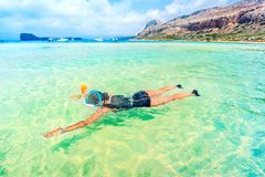 retrato de la mujer joven que disfruta de día soleado en máscara, el salto y la natación que bucean que llevan de la playa en el  Imagenes de archivo