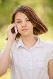 Retrato de la mujer joven que habla en móvil Fotos de archivo libres de regalías