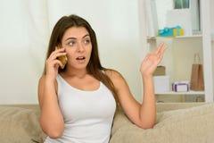 Retrato de la mujer joven que habla por el teléfono Imagen de archivo libre de regalías