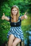 Retrato de la mujer joven que muestra gesto aceptable Imagenes de archivo