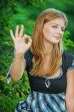 Retrato de la mujer joven que muestra gesto aceptable Imágenes de archivo libres de regalías