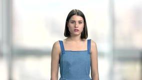Retrato de la mujer joven que parece asustado almacen de metraje de vídeo