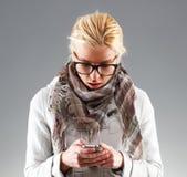 Retrato de la mujer joven con el teléfono Imágenes de archivo libres de regalías