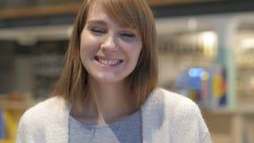 Retrato de la mujer joven que sacude la cabeza para estar de acuerdo, sí almacen de video
