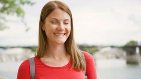 Retrato de la mujer joven que se coloca en la costa en París Turista solo joven que viaja en Europa metrajes
