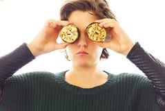 Retrato de la mujer joven que se divierte que hace cosas divertidas con las verduras y la carne imagen de archivo