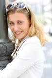 Retrato de la mujer joven que se inclina contra la lámpara de calle Imagenes de archivo