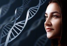 Retrato de la mujer joven sensual entre cadenas de la DNA stock de ilustración