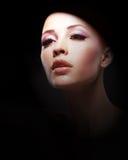 Retrato de la mujer joven sobre fondo negro Foto de archivo libre de regalías