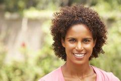 Retrato de la mujer joven sonriente imagen de archivo libre de regalías