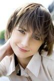 Retrato de la mujer joven sonriente imagen de archivo