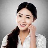 Retrato de la mujer joven sonriente Foto de archivo