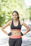 Retrato de la mujer joven sonriente atlética, al aire libre imagenes de archivo