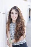 Retrato de la mujer joven sonriente con el pelo largo, al aire libre. Imagen de archivo