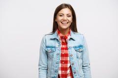 Retrato de la mujer joven sonriente en mirada fresca de la primavera Fotos de archivo libres de regalías