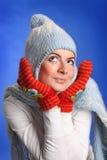 Retrato de la mujer joven sonriente en un sombrero azul foto de archivo