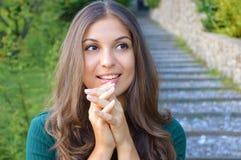 Retrato de la mujer joven sonriente esperanzadamente que gesticula feliz en ropa verde elegante casual Foto de archivo