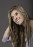 Retrato de la mujer joven sonriente hermosa con el pelo largo imagen de archivo libre de regalías