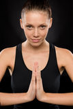 Retrato de la mujer joven sonriente que realiza yoga Foto de archivo libre de regalías