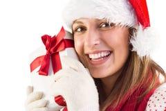 Retrato de la mujer joven sonriente que sostiene el regalo Fotos de archivo